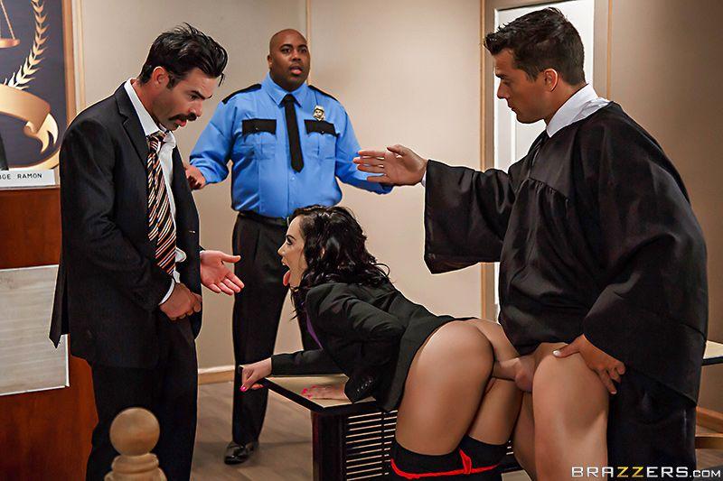 подсудимый трахнул судью во время перерыва порно настоящему