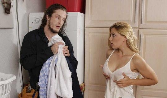 Помог соседке по хозяйству и трахнул ее ролики смотреть, двое мужиков трахают шлюху